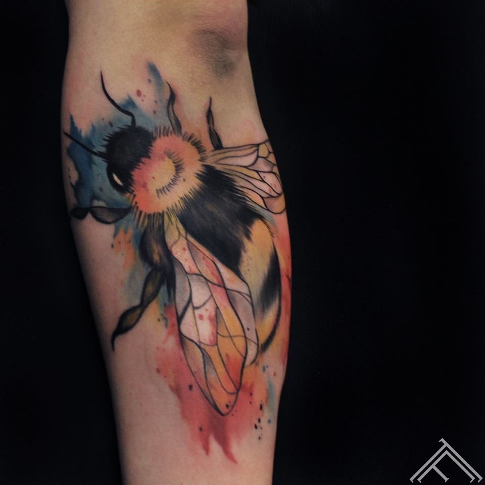 bee-kamene-kukainis-watercolor-tattoo-udenskrasas