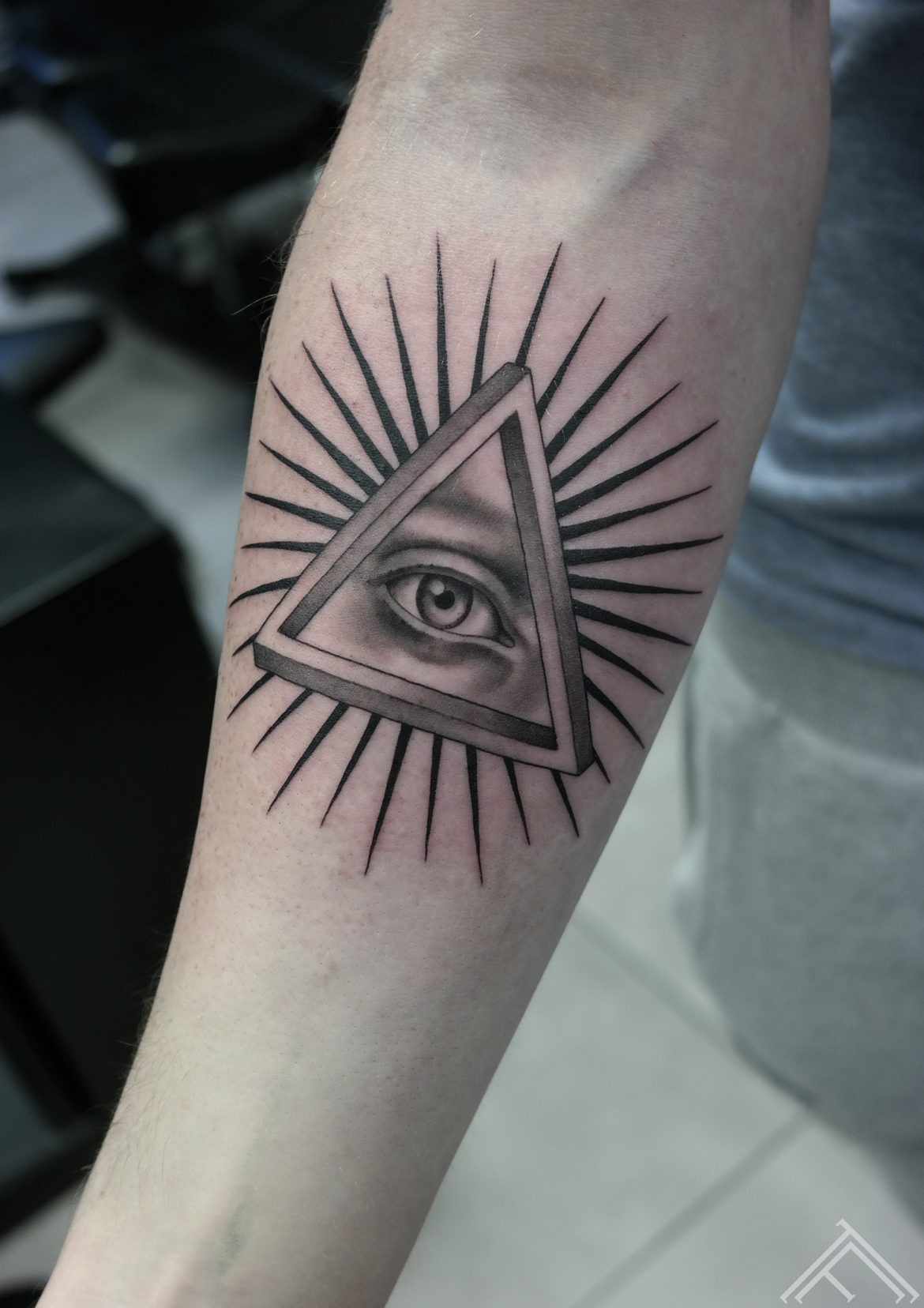 iluminati-trengle-trijsturis-eye-acs-riga-tetovejums-tattoo-riga-tattoofrequency-janissvars
