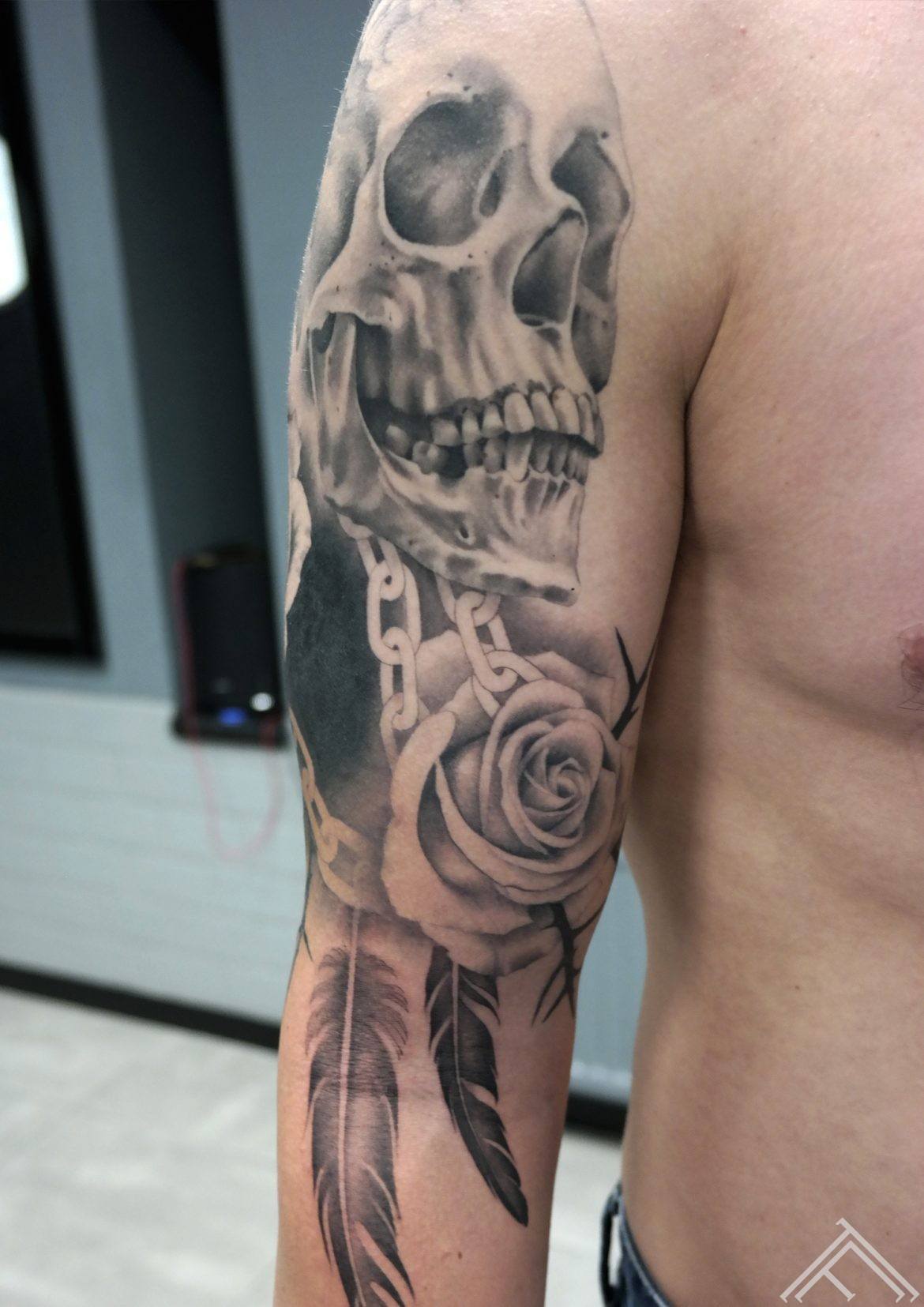 skull-rose-feather-galvaskauss-spalva-roze-tetovejums-janissvars-tattoofrequency-riga-art
