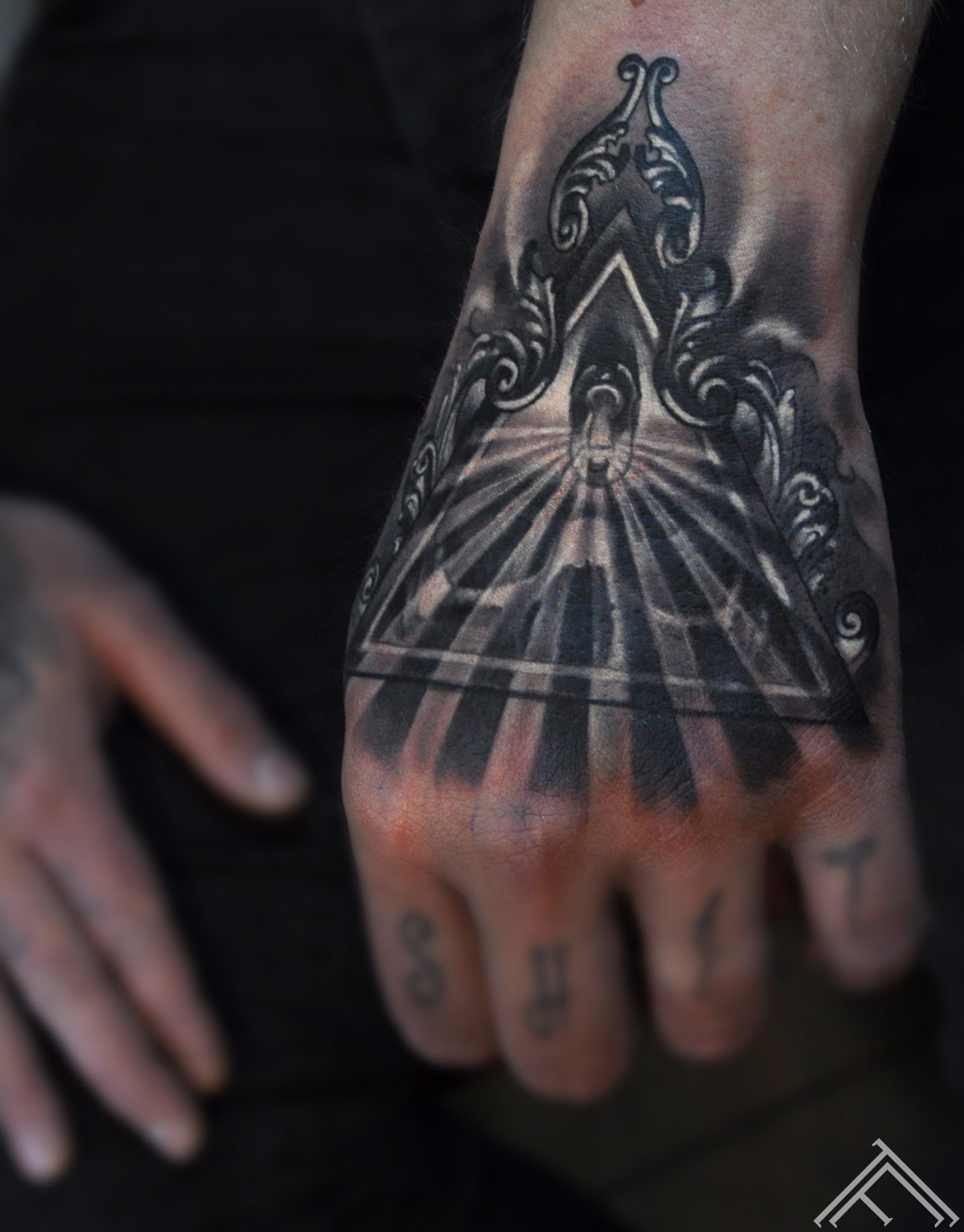 skull_triangle_baroque_keyhole_shining_light_tattoo_marispavlo_tattoofrequency_riga