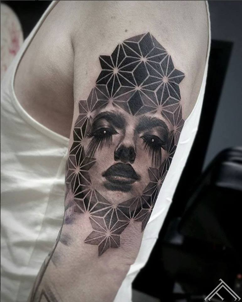 woman-geometric-tattoo-sieviete-portrets-geometrisks-tattoofrequency-riga-latvija-art
