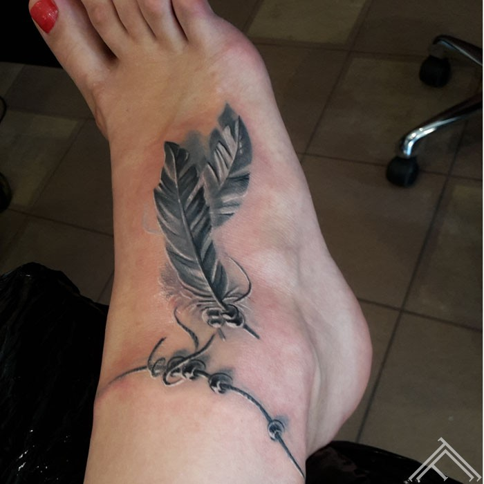 feather_tattoo_tattoofrequency_riga_spalva_potite