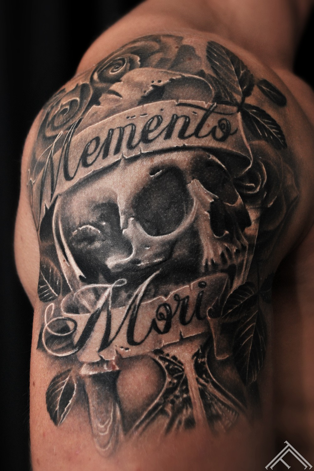 momentomori_rose_roses_tattoo_skull_sand_clock_glass_retro_leaves_tattoofrequency_marispavlo