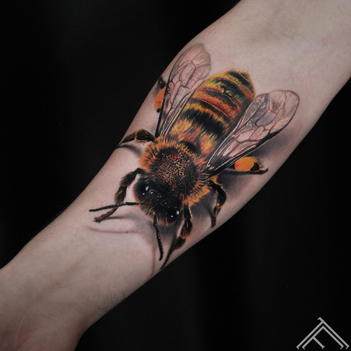bee-bite-tattoo-tattoofrequency-riga-art-marispavlo