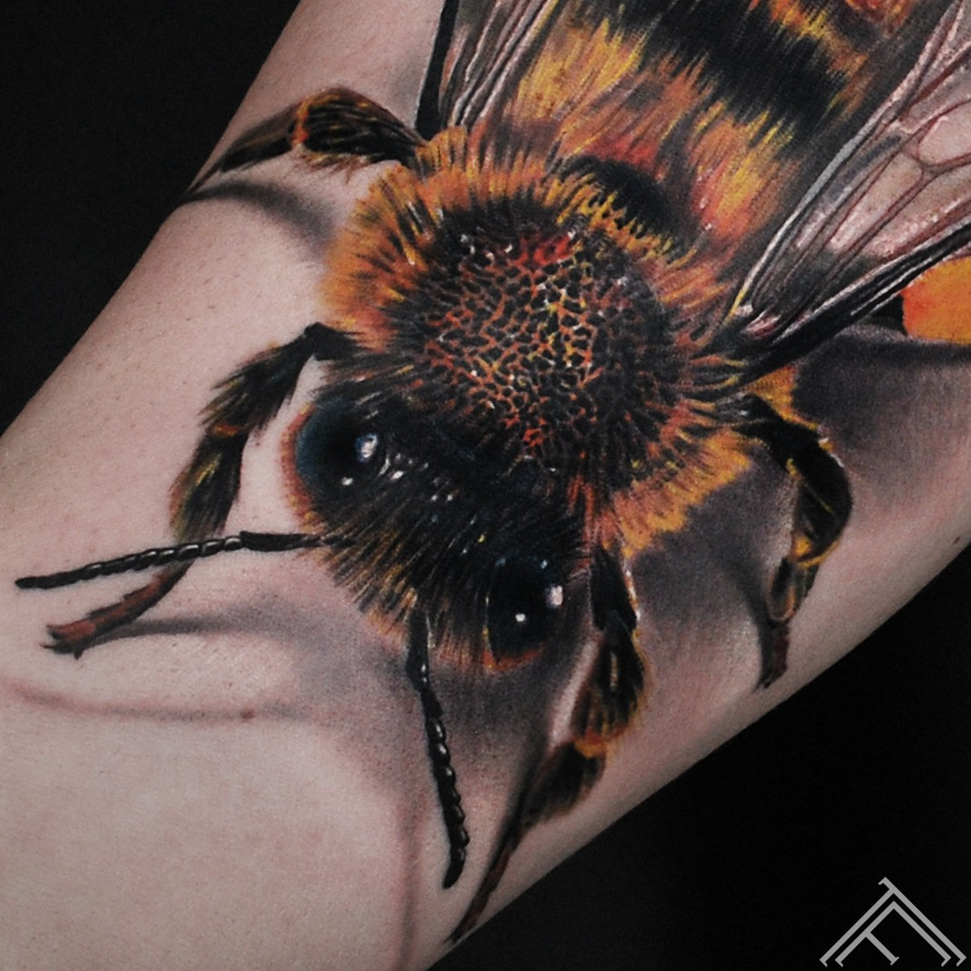 bee-bite-tattoo-tattoofrequency-riga-art-marispavlo-close up