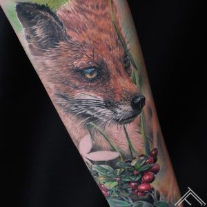 fox-cranberries-tattoo-tattoofrequency-riga-marispavlo-sporta2-art-tetovejums-lapsa-dzervenes-healed-closeup