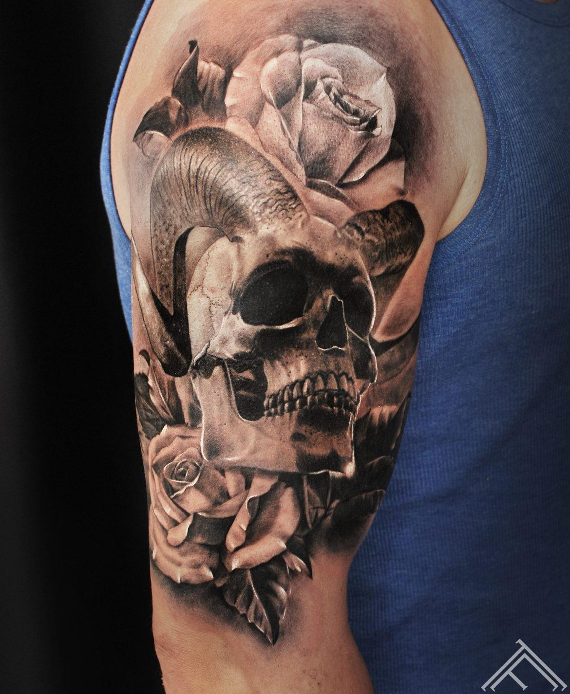 janisanderson-skull-roses-tattoo-galvaskauss-rozes-tetovejums-tattoofrequency-riga