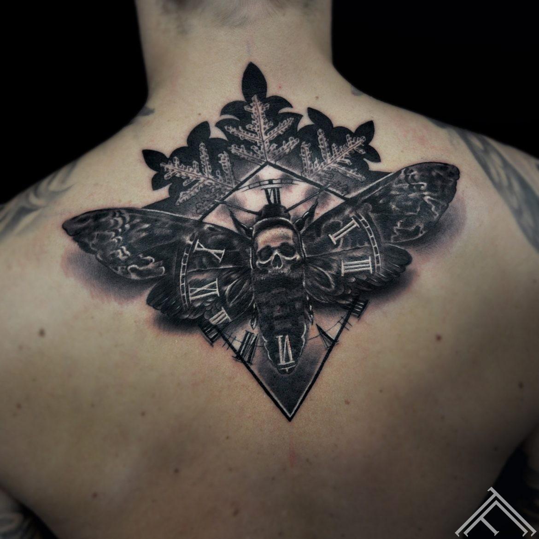 moth-naktstaurins-skull-galvaskauss-snowflake-sniegparsla-tattoo-tetovejums-tattoofrequency-riga-marispavlo
