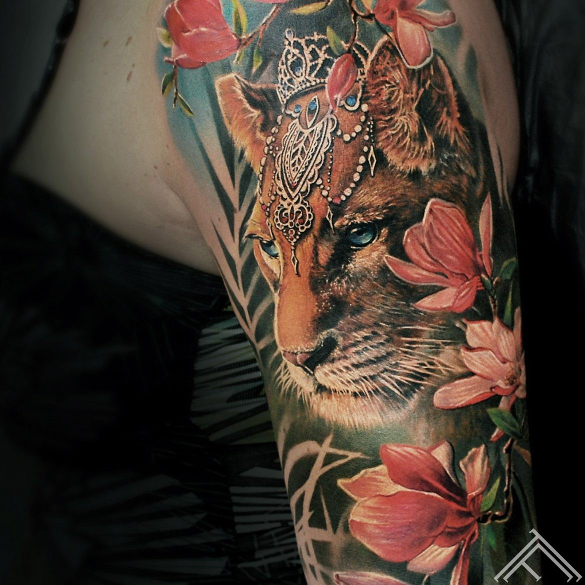 tiger-crown-princess-flowers-tetovejums-marispavlo-art-tattoofrequency-magnolia-zieds-magnolija-close up