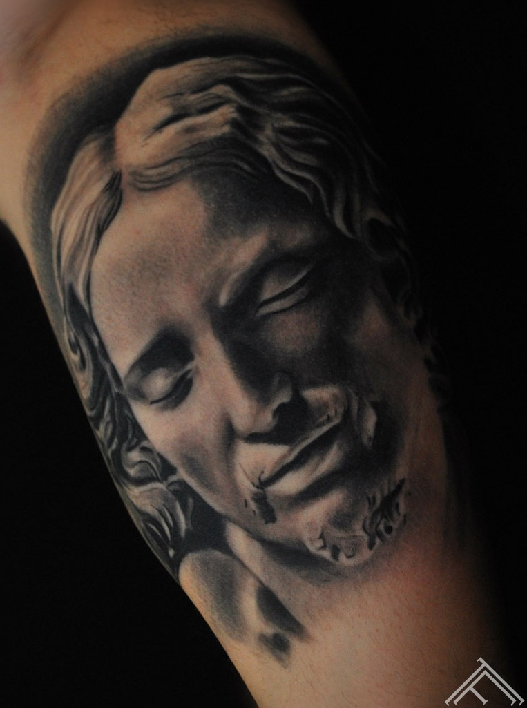Michelangelo buonarroti pieta tattoo_maris pavlo_tattoofrequency