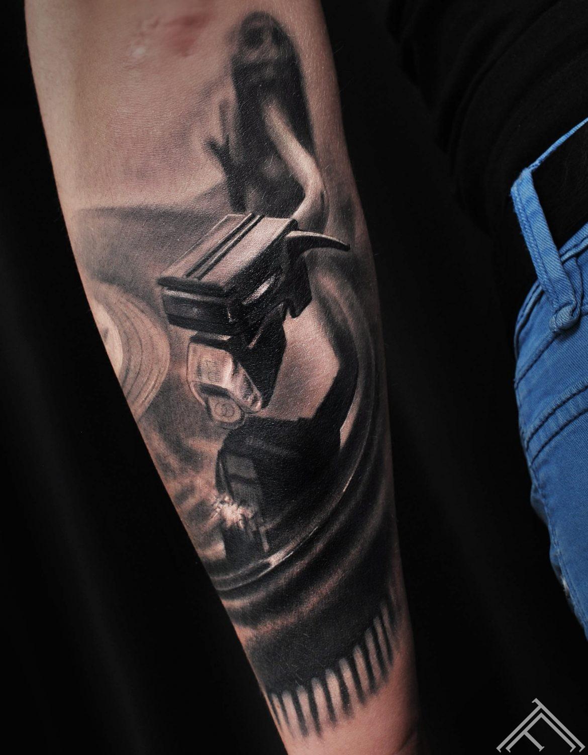 dj-vinil-music-art-muzika-plate-tattoo-tetovejums-riga-marispavlo