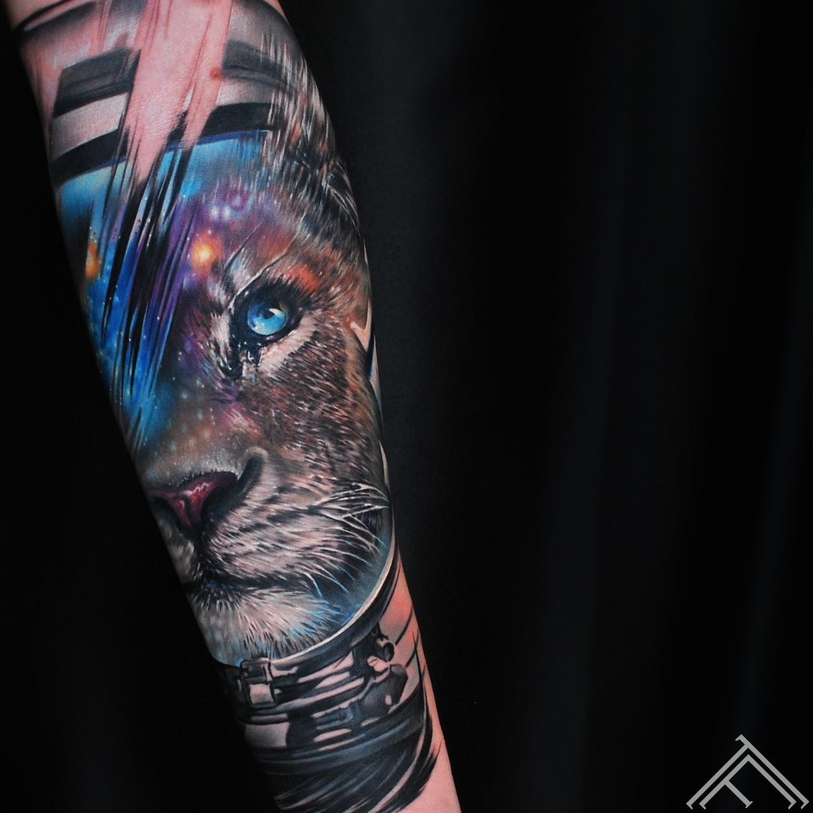 lion-space-cosmoss-tattoo-tetovejums-art-helmet-kosmoss-galaxy-galaktika-stars-zvaigznes-tattoofrequency-lauva-riga-marispavlo
