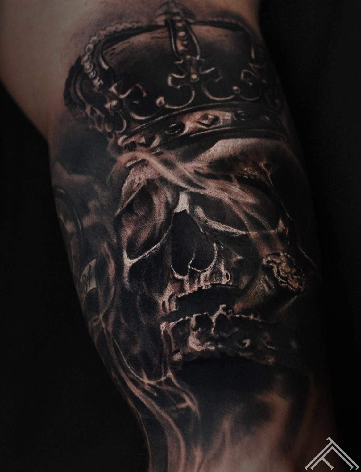 skull_crown_smoke-tattoo-tattoofrequency-art-marispavlo