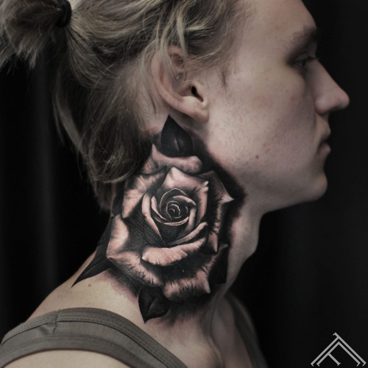 rose-roze-necktattoo-kakls-flower-zieds-tattoofreqency-riga-art-martinssilins-tattooartist-tetovejums-danielslaizans