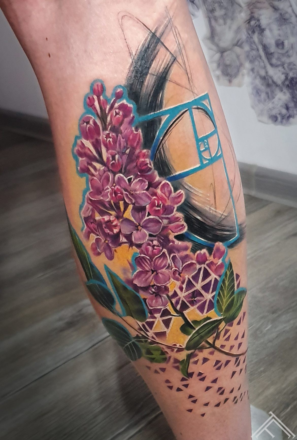 cerini-ziedi-lilac-flowers-fibonacci-tattoo-riga-art-maksla-tetovejums-rigastetovesanastudija-marispavlo-tetovetaji-m.lapa