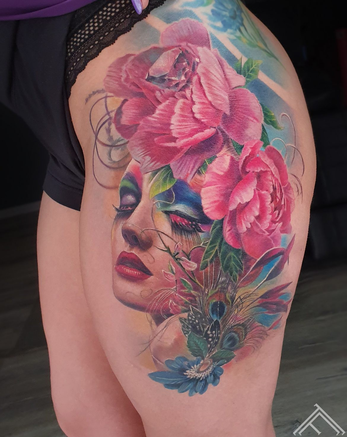 woman-portrait-custom-art-fantasy-feathers-flowers-peony-beauty-tattoo-tattoofrequency-marispavlo-rigatattoo-pukuzirnis-peonijas-tetovejums-diamond-dimants-m.lapa